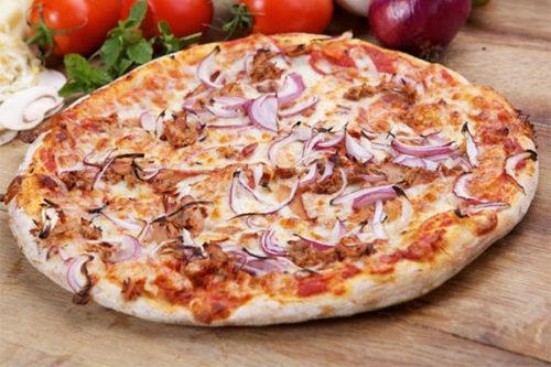 tonno-e-cipolla olasz vékony tésztás pizza